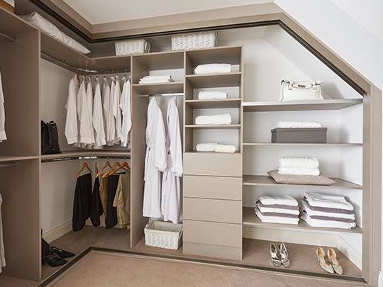 S700 Traditional Angled Wardrobe Interior